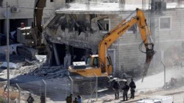 Israeli army bulldozer demolishes building in Sur Baher (22/07/19)