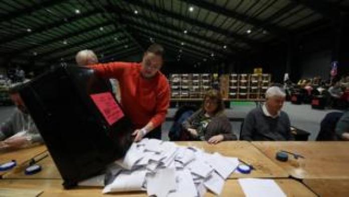 Die Zählung beginnt bei den irischen Parlamentswahlen