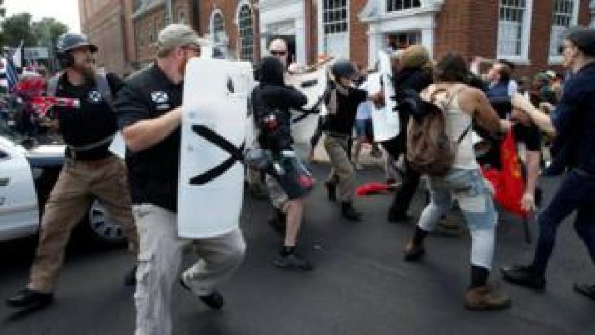 Manifestantes extremistas nacionalistas blancos se enfrentan con grupos opositores.
