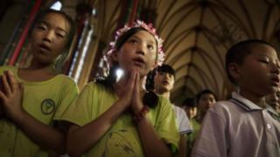 Jóvenes católicos chinos rezan