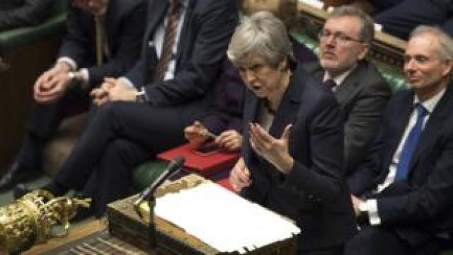 Theresa May falando na Câmara dos Comuns no dia 27 de março