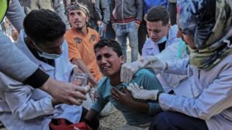 Médicos atienden a un manifestante