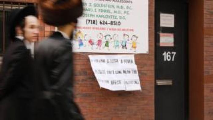 Un letrero en el exterior de un consultorio médico en Nueva York advierte a los enfermos de sarampión que se mantengan alejados