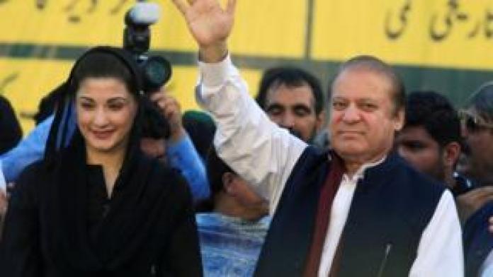 Nawaz Sharif (R), ancien Premier ministre et leader de la Ligue musulmane pakistanaise, fait des gestes à ses partisans alors que sa fille Maryam Nawaz les regarde pendant la fête
