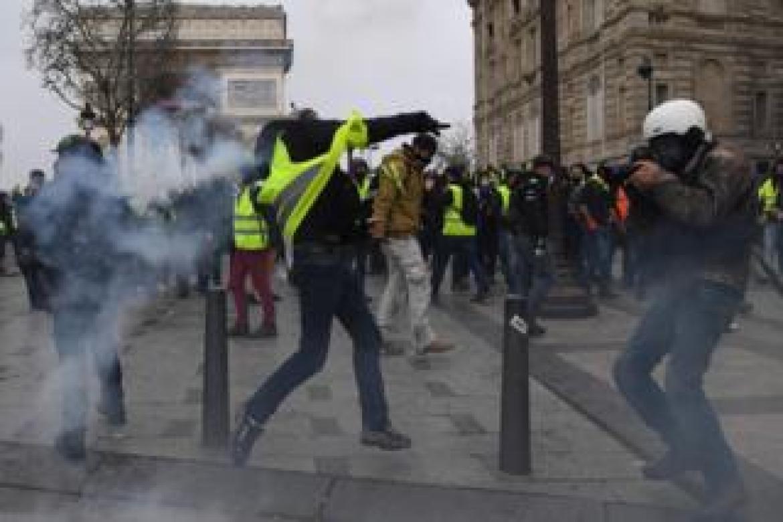 Nouvelles manifestations à l'Arc de Triomphe: des centaines de personnes interpellées
