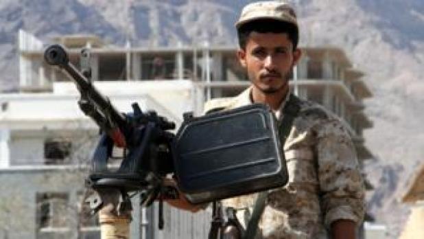 یک سرباز ارتش یمن در حال حفاظت از منطقه در شهر عدن است که امروز، ۲۹ اکتبر - نهم آبان، یک خودرو بمب گذاری شده در آنجا منفجر شد