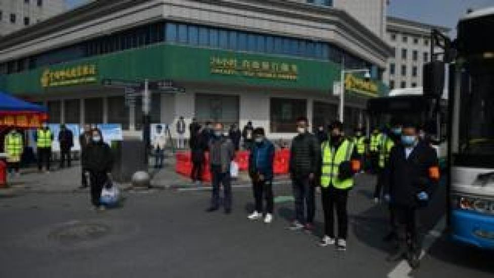 People stop and pay their respects in Wuhan, 4 April 2020