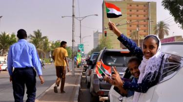 متظاهرون يحتفلون ببيان الجيش