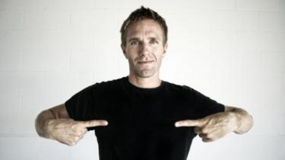 Hombre con camiseta negra.