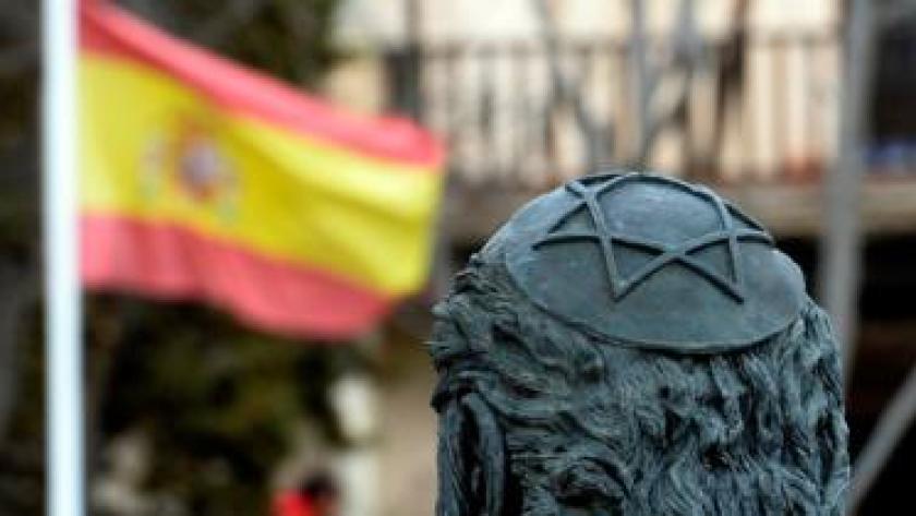 Bandera española frente a una escultura de Samuel Halevi Abulafia frente a la sinagoga El Tránsito en Toledo