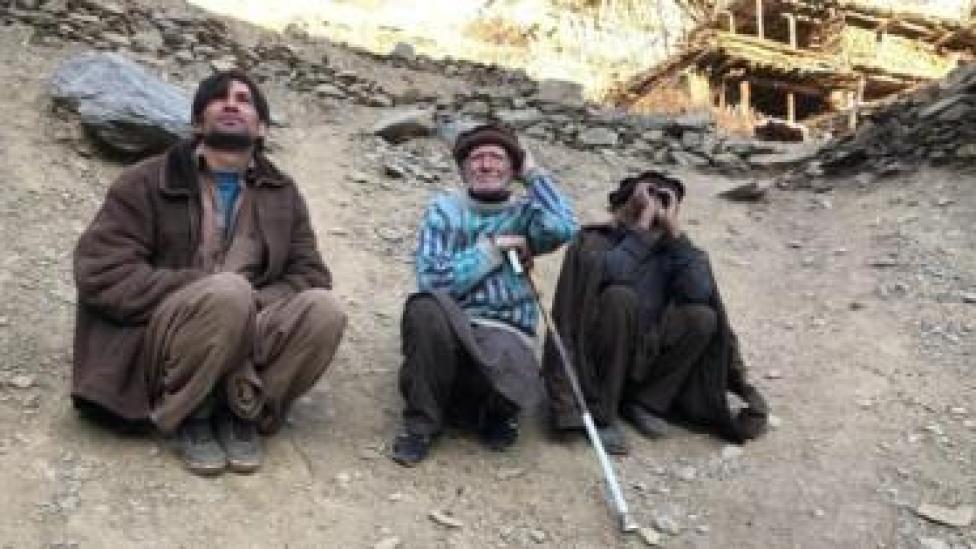 سلامت خان اپنے ساتھیوں کے ہمراہ سورج کا مشاہدہ کرتے ہوئے