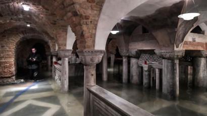 Un homme pompe l'eau de la crypte inondée de la basilique Saint-Marc à Venise, 13 novembre 2019