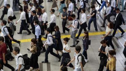 اليابان تعيد النظر في ساعات العمل القاتلة Bbc News Arabic