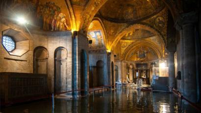 Vue de l'intérieur de la Basilique Saint-Marc inondée à Venise lors d'une marée haute exceptionnelle, 13 novembre 2019