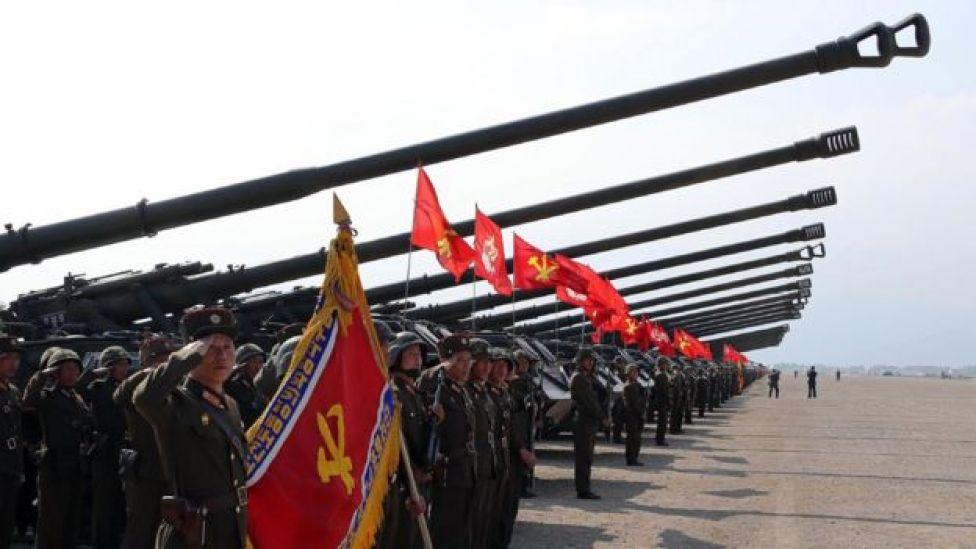Cañones desplegados junto al ejército norcoreano.