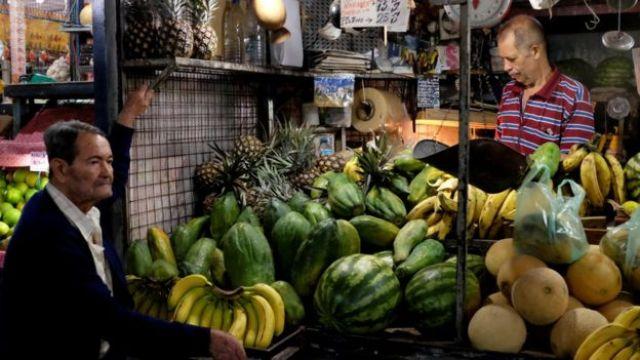 Puesto de frutas en un mercado de Caracas, Venezuela.
