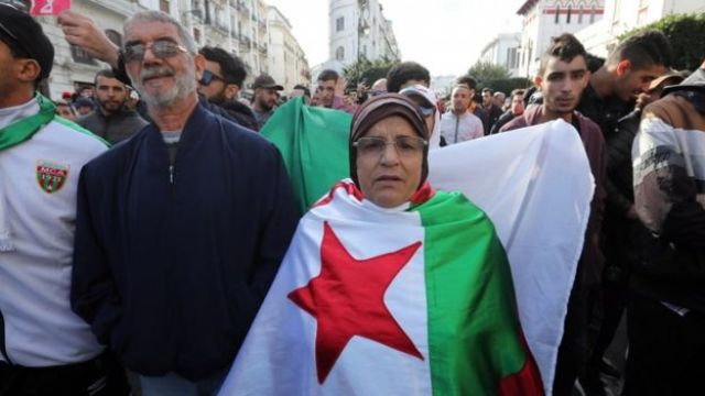 Des Algériens chantent des slogans lors d'un rassemblement de protestation à Alger, Algérie, 12 décembre 2019.