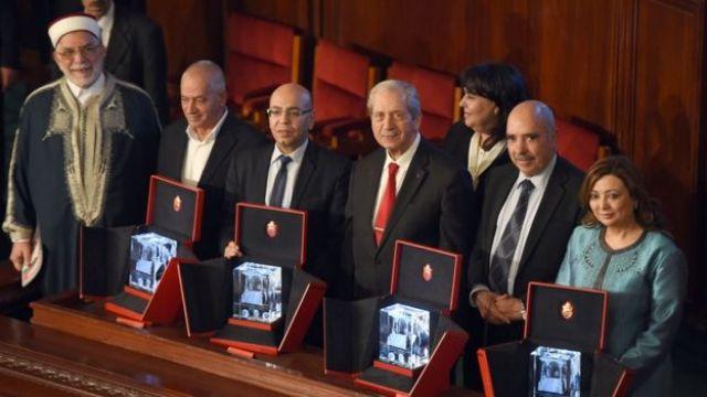 Lo representantes del Cuarteto para el Diálogo Nacional en Túnez con la medalla del Nobel de la Paz.