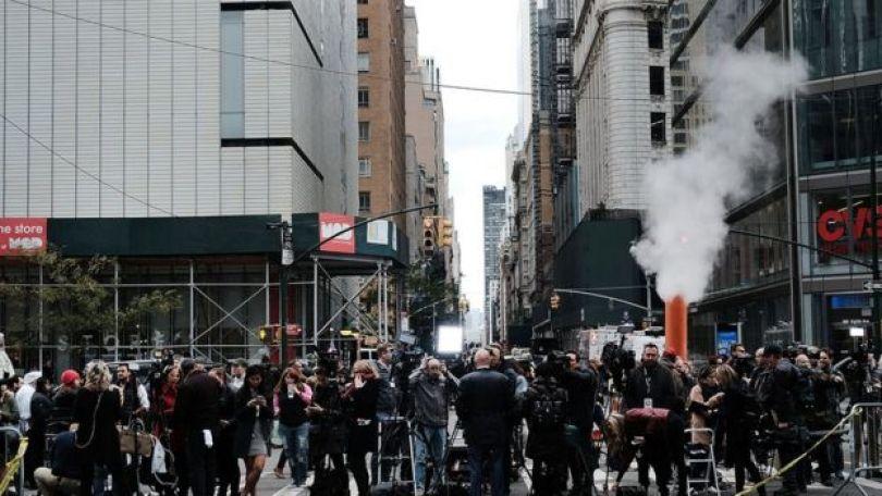 Repórteres e policiais em frente ao prédio da CNN, que foi evacuado nesta quarta após receber um pacote com explosivo