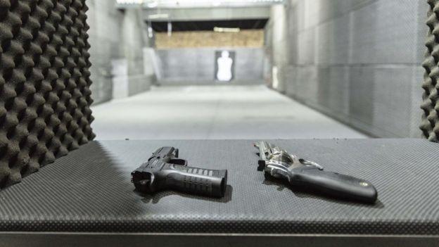 Uma pistola e um revólver no clube de tiro 1911, na zona norte de São Paulo