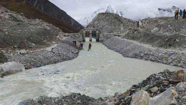 Ejército de Nepal drenando el lago glacial Imja