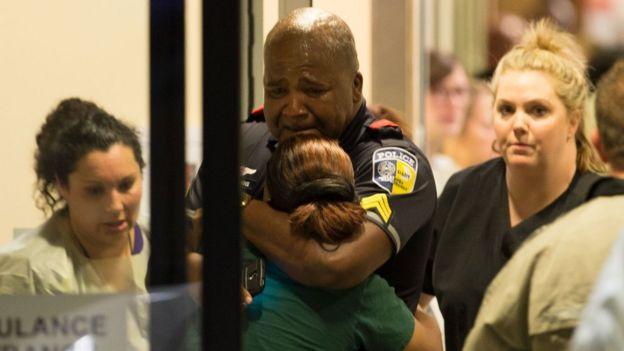 Policía llorando