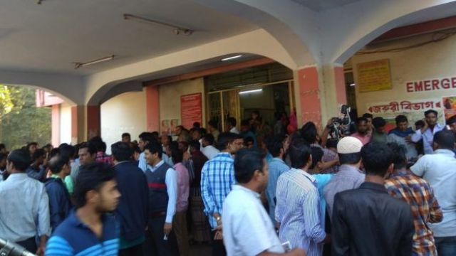 হতাহতদের দেখতে হাসপাাতলে ভিড় করেছেন আত্মীয় স্বজনরা