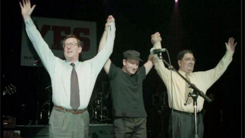 Le leader unioniste de l'Ulster, David Trimble (à gauche), le chanteur de U2 Bono et le leader du SDLP John Hume sur scène pour le concert YES au Waterfront Hall de Belfast en 1998
