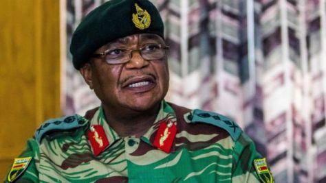 チウェンガ国軍司令官は政治的危機を受けて軍の介入を警告していた。写真は13日に記者会見するチウェンガ氏