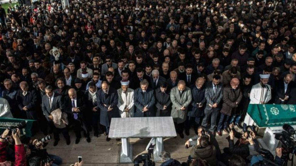 Un grupo de personas asiste a oraciones funerarias simbólicas en la Mezquita de la FE en Estambul, en memoria del periodista asesinado. 16 de noviembre de 2018