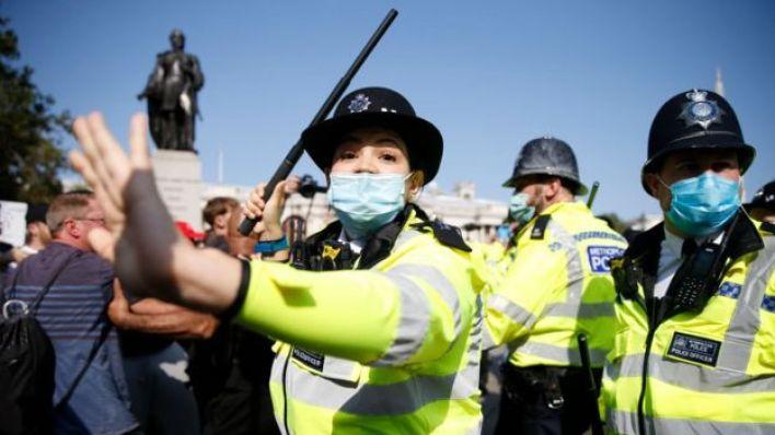 اشتباكات بين المتظاهرين وضباط شرطة خلال مسيرة لمكافحة الفساد في ميدان ترافالغار في 19 سبتمبر/أيلول 2020 في لندن، إنجلترا