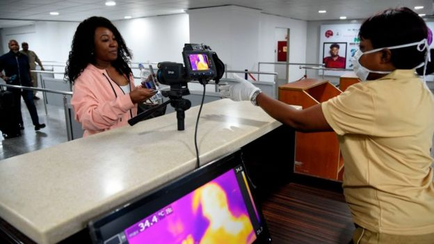 Airport officer dey scan woman for Lagos airport to see whether she free from coronavirus