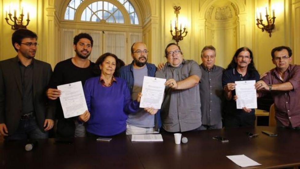 Vereadores de oposição mostram documentos relacionados a pedidos de impeachment