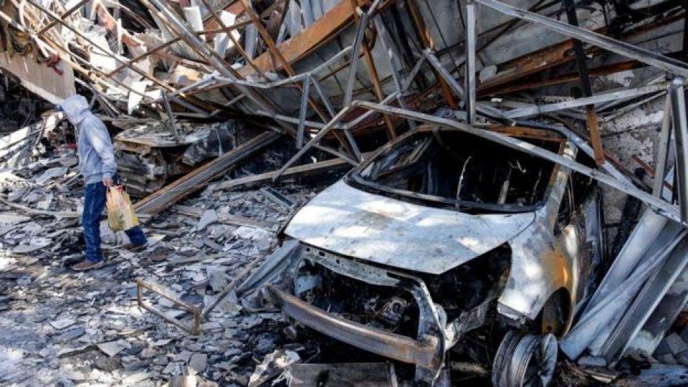 Coche destrozado en la ciudad de Valparaíso.