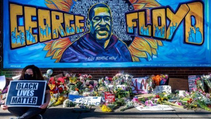 Des fleurs, des panneaux et des ballons sont laissés près d'un mémorial improvisé à la mémoire de George Floyd, près de l'endroit où il est mort pendant sa détention par la police de Minneapolis, 29 mai 2020