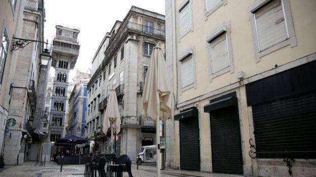Calle vacía en el centro de Lisboa.