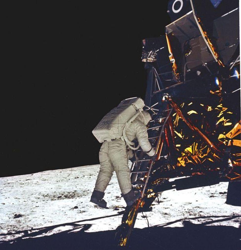 Aldrin bajándose del módulo lunar