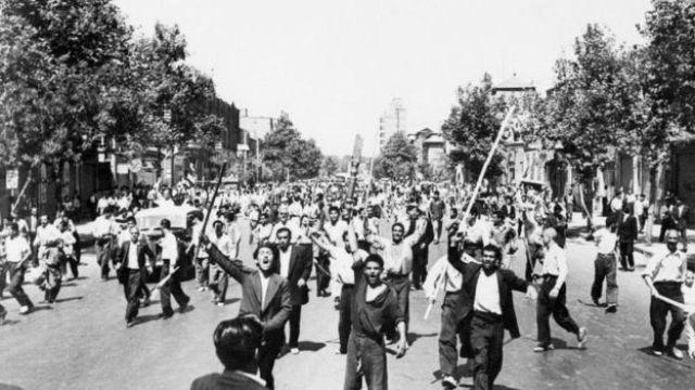 Partidarios de la monarquía del sha Mohamed Reza Pahlevi en las calles de Teherán en 1953.