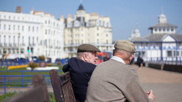 Hombres mayores sentados en un parque