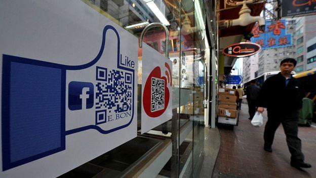 Escaparate en Hong Kong con el logo de Facebook.