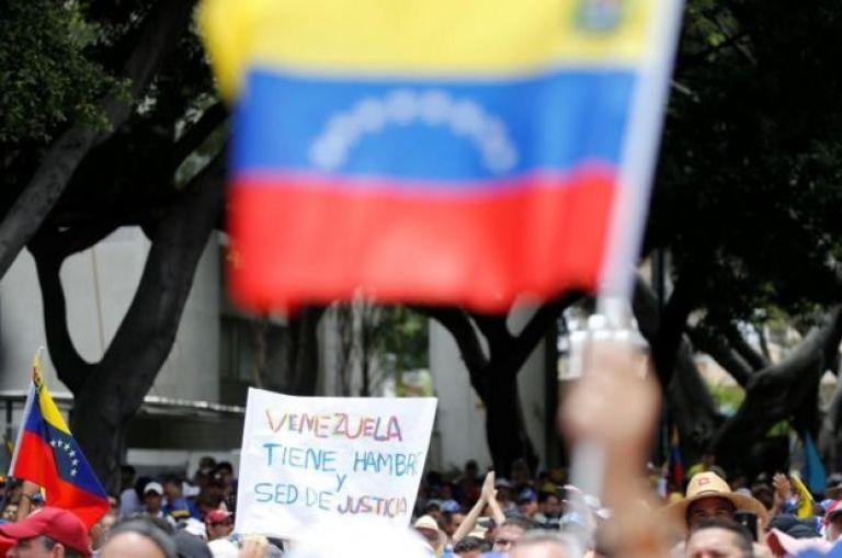 Bandera de Venezuela en protesta.
