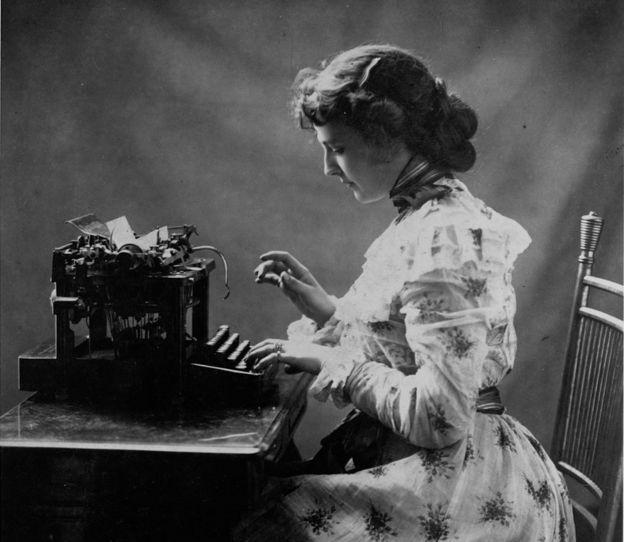 Una oficinista escribiendo a máquina en 1898