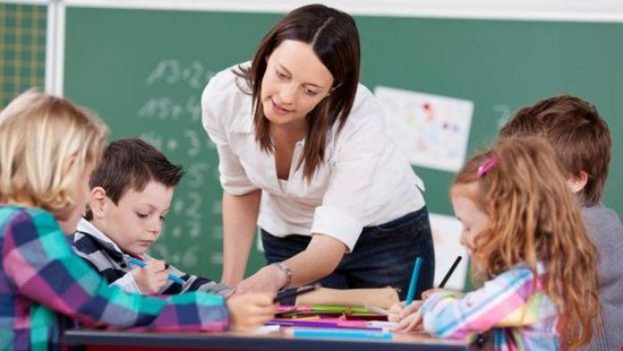 Jo Boaler con niños en clase de matemática