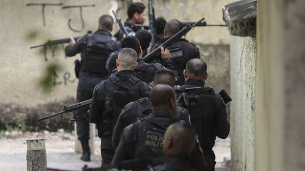 Policiais militares em operação no Rio