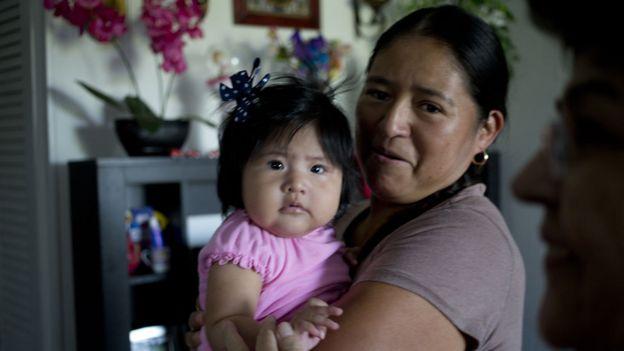 Una madre inmigrante y su bebé en Carolina del Norte.