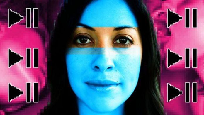 composition d'image - Erica Garza, symboles de jeu et de pause pixélisés, fond violet et rose vif