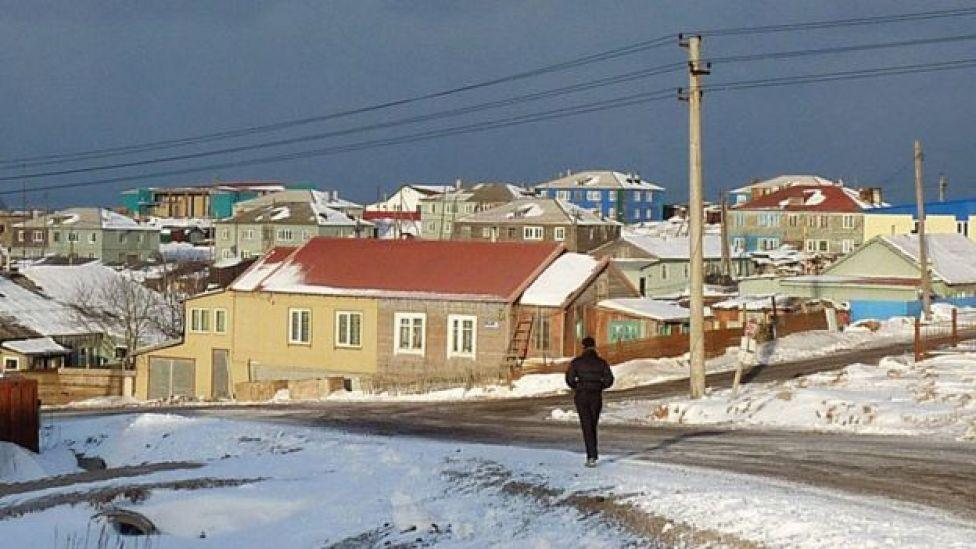 Un hombre camina en Kunashiri, una de las cuatro islas disputadas