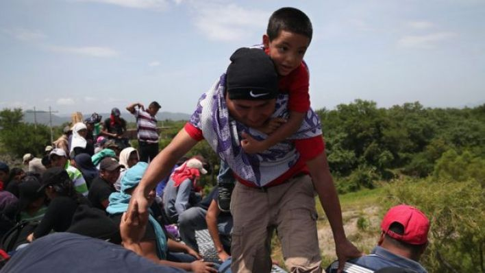 Migrantes sobre un tren de carga en Chiapas