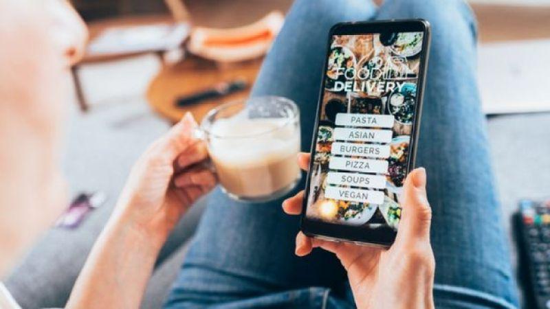 Pessoa pedindo comida em aplicativo