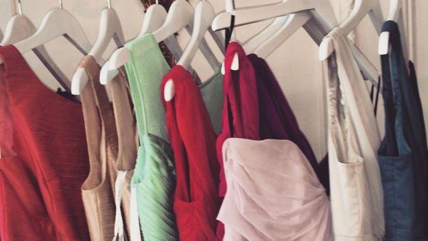 Selección de vestidos en el armario